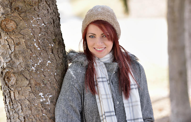 美丽的少妇外面在冬天 免版税库存图片