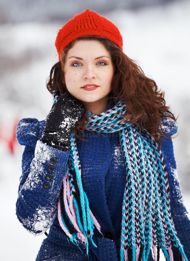 美丽的少妇室外在冬天 免版税库存照片