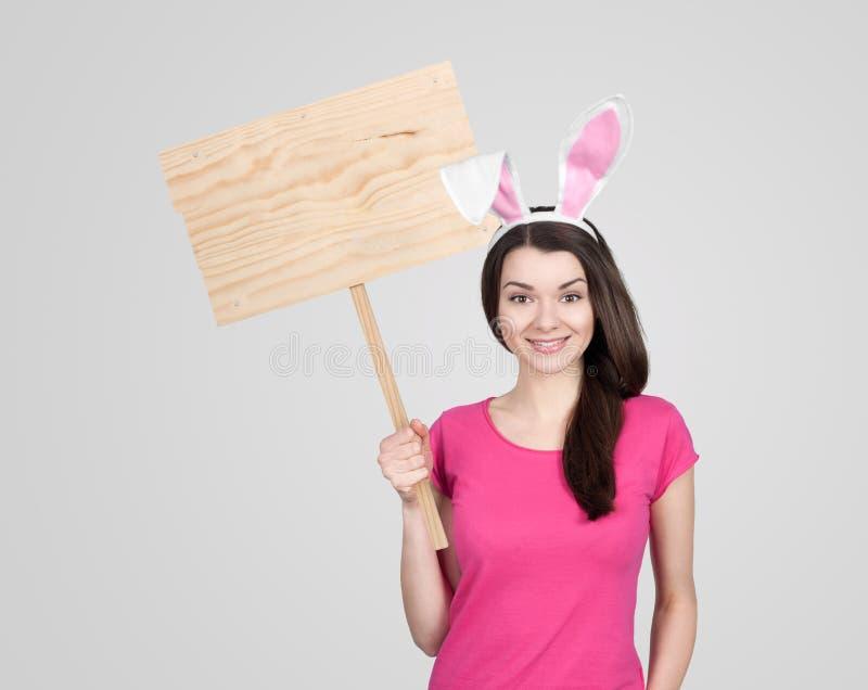 美丽的少妇当复活节兔子 免版税库存图片