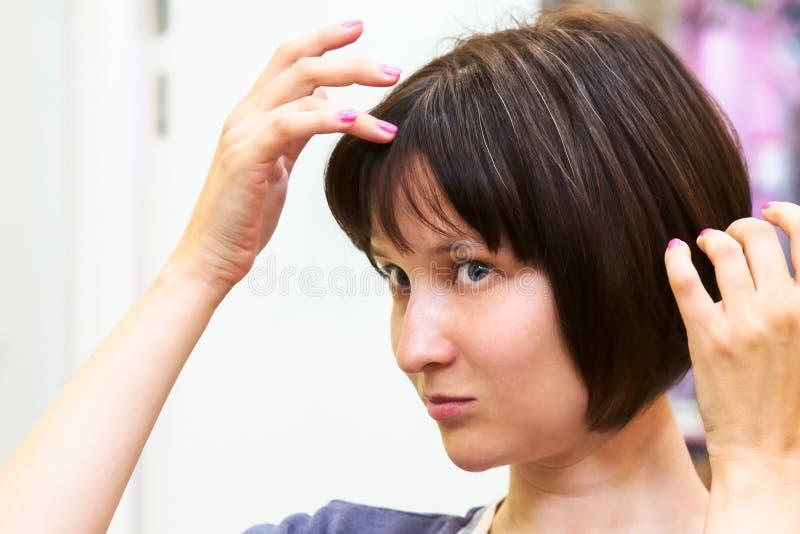 美丽的少妇担心灰色头发 库存图片
