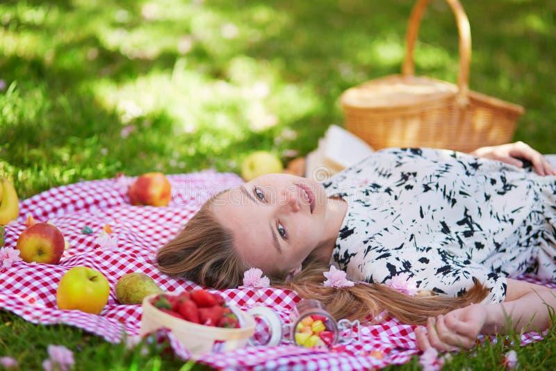 Download 美丽的少妇有野餐在公园 库存照片. 图片 包括有 自然, 公园, 巴西, 钉书匠, beautifuler - 72372834