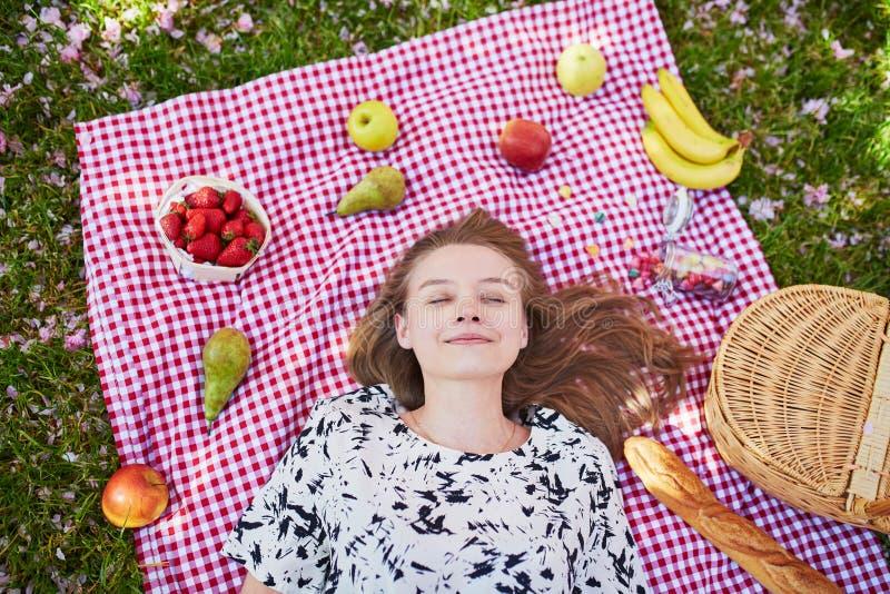 Download 美丽的少妇有野餐在公园 库存照片. 图片 包括有 白种人, beautifuler, 女性, 欧洲, 公园 - 72373106