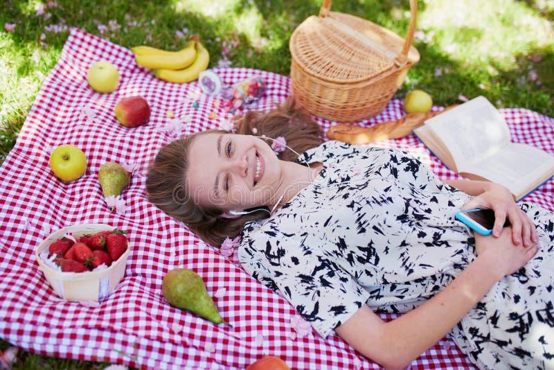 Download 美丽的少妇有野餐在公园 库存照片. 图片 包括有 公园, 休闲, 女孩, 自然, 小配件, 食物, 钉书匠 - 72373136