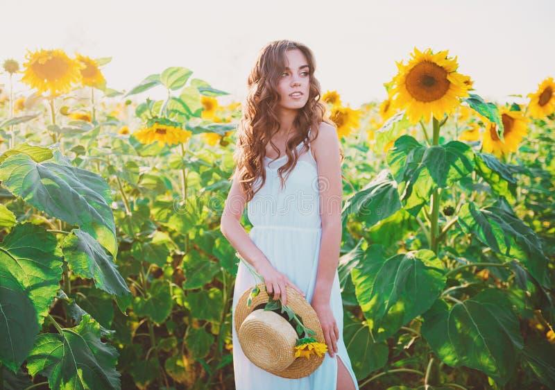 美丽的少妇用向日葵 免版税图库摄影