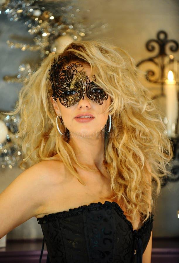 美丽的少妇画象威尼斯式面具的 库存图片