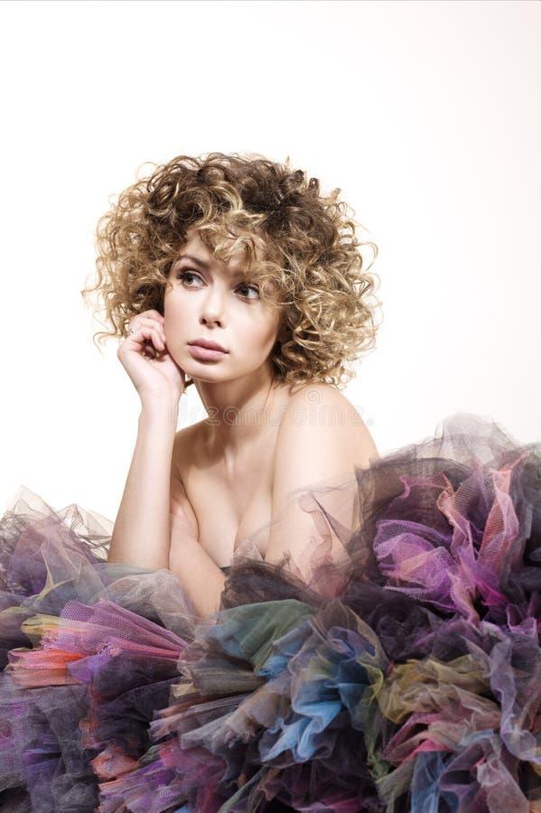 美丽的少妇画象有周道的神色的 卷发和裸体构成 免版税库存图片