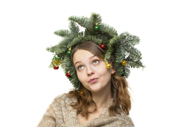 美丽的少妇画象有圣诞节花圈的在whi 库存图片