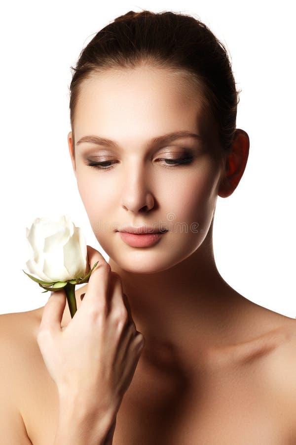 美丽的少妇的俏丽的面孔与在手-白色上上升了 免版税库存照片