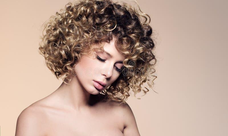 美丽的少妇秀丽画象有闭合的眼睛的 与卷发的发型 免版税库存照片