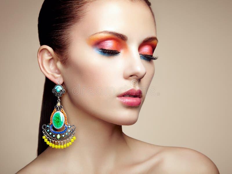 美丽的少妇纵向有耳环的 首饰和acce 免版税库存图片