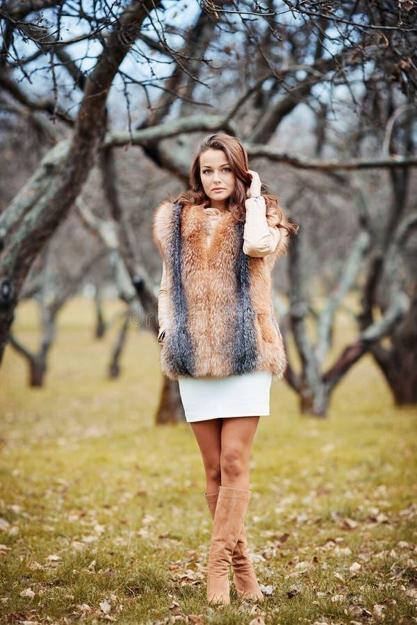 美丽的少妇纵向毛皮的 免版税库存照片