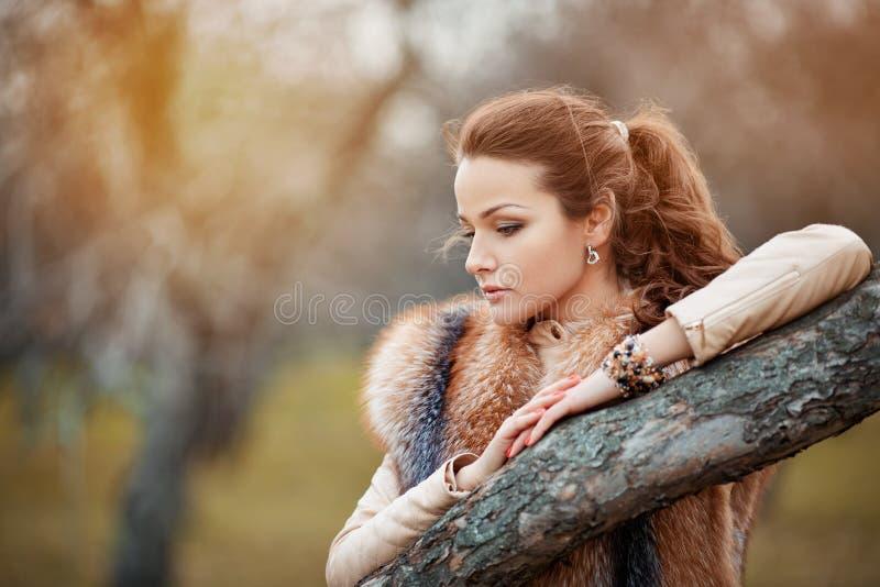美丽的少妇纵向毛皮的 库存图片