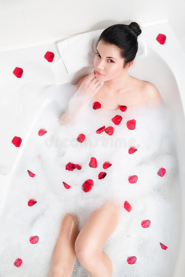 美丽的少妇洗泡末浴 库存图片
