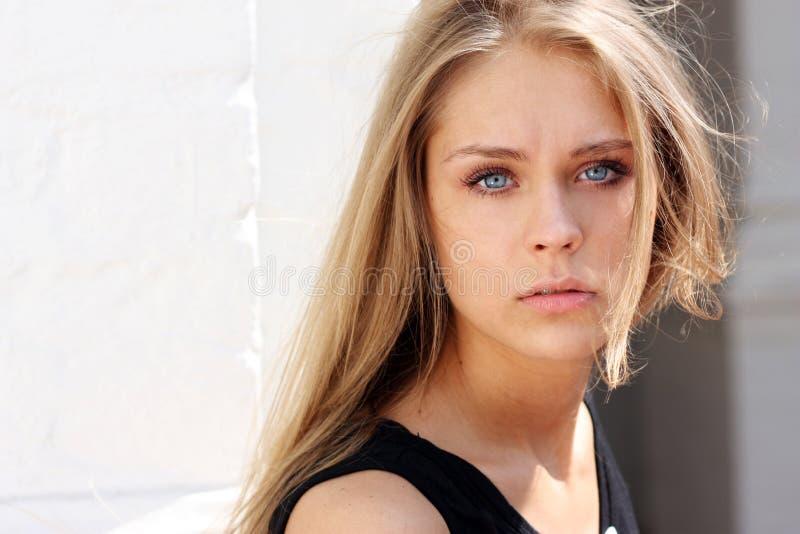 美丽的少妇-蓝眼睛 免版税库存图片