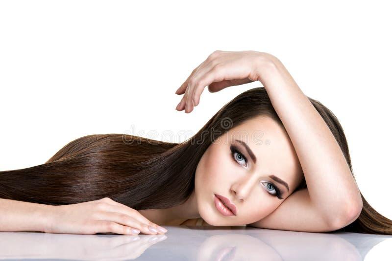美丽的少妇画象有长期平直的棕色头发的 库存图片
