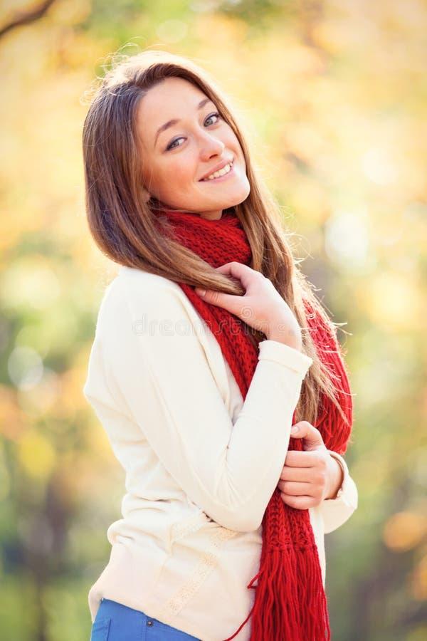 扒开少妇b就添_美丽的少妇画象美妙的秋天公园的b