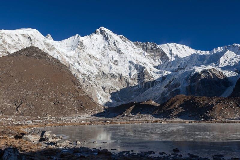 美丽的山卓奥友峰和灰色冰碛湖 免版税图库摄影
