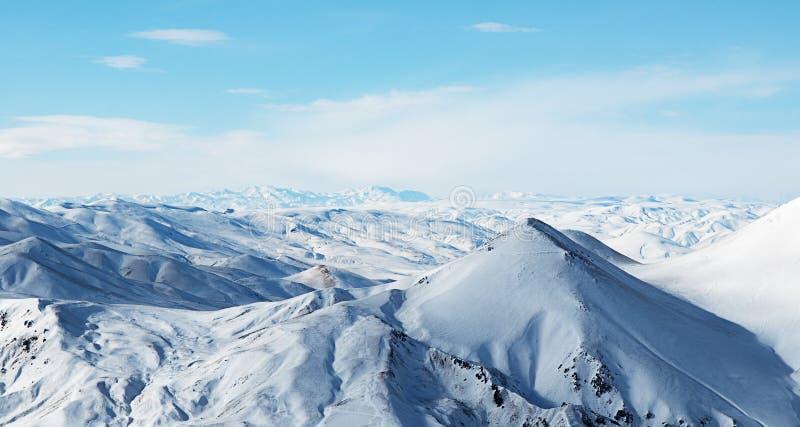 美丽的山天空多雪下面 免版税库存照片