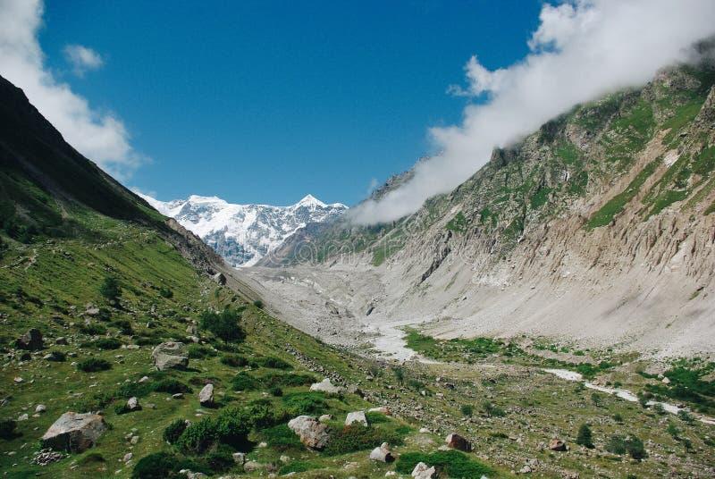 美丽的山沟在绿色山区域,俄罗斯联邦,高加索, 库存图片