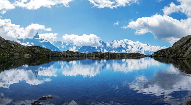 美丽的山湖在法国阿尔卑斯 免版税库存图片