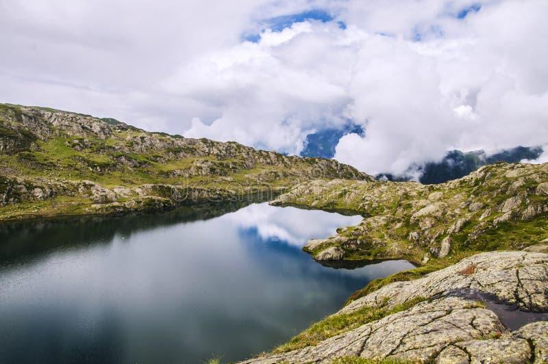 美丽的山湖在法国阿尔卑斯 库存图片