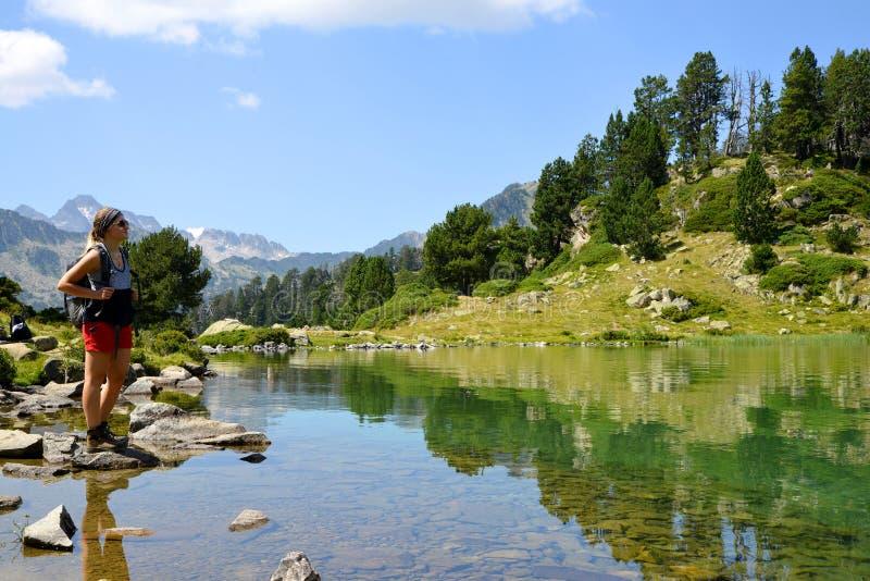 美丽的山湖的妇女游人Neouvielle全国自然保护的,法国比利牛斯 库存图片