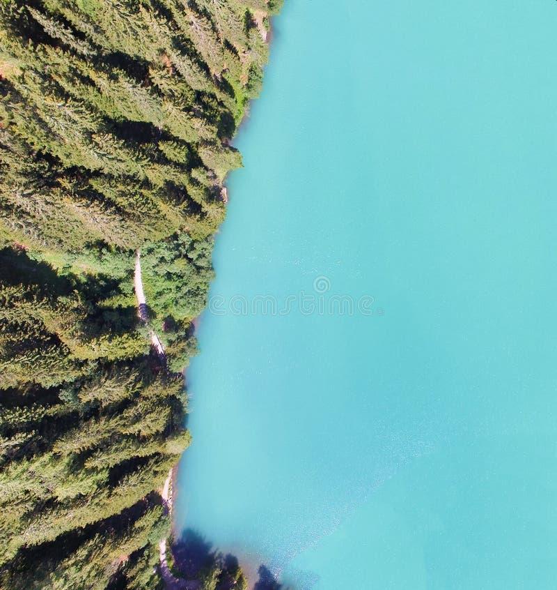美丽的山湖,在summe的顶上的全景鸟瞰图 免版税库存照片