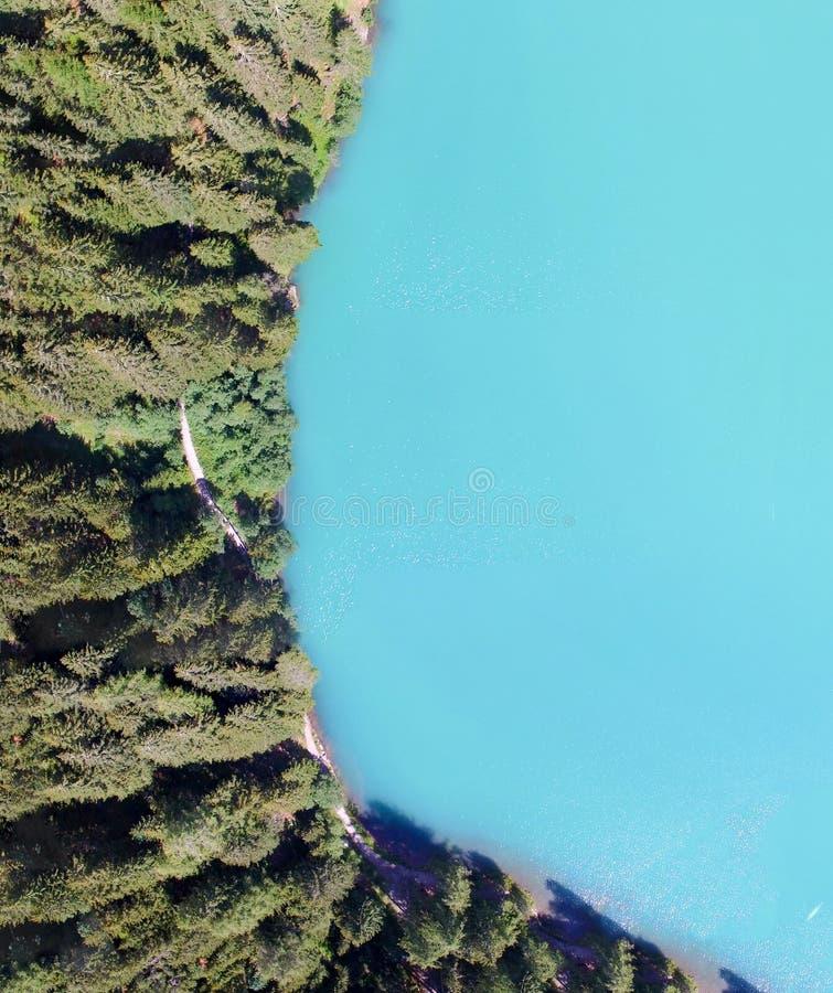 美丽的山湖,在summe的顶上的全景鸟瞰图 图库摄影