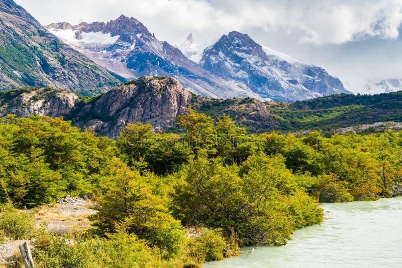 美丽的山看法与河的在El的Chalten Los Glaciares国立公园 免版税图库摄影