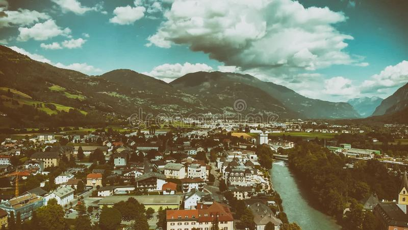 美丽的山镇鸟瞰图在阿尔卑斯 免版税库存照片