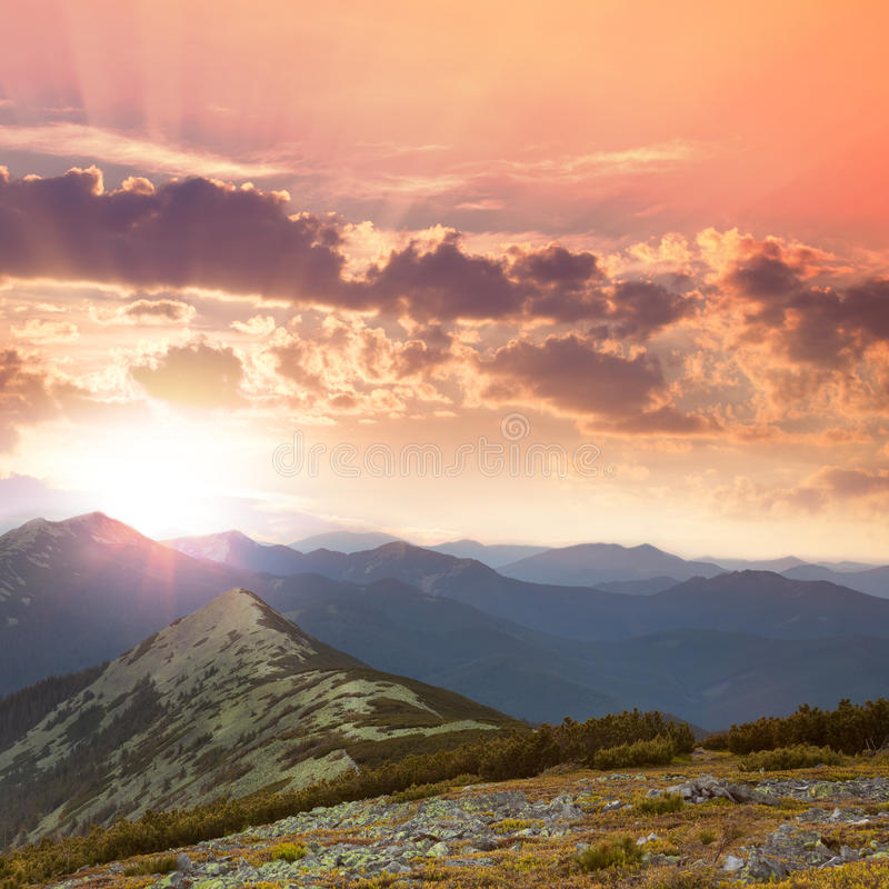 美丽的山-日落时间 Hight峰顶、云彩和红色 库存图片