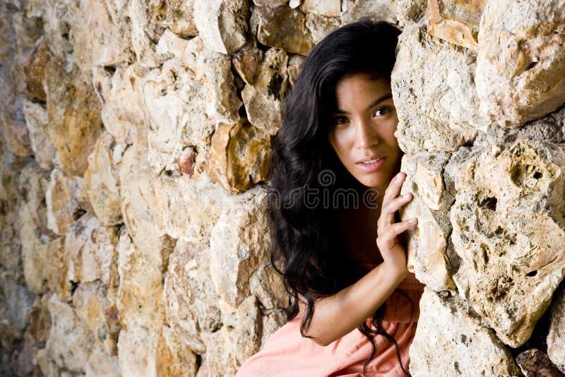 美丽的岛民和平的纵向妇女年轻人 免版税库存照片