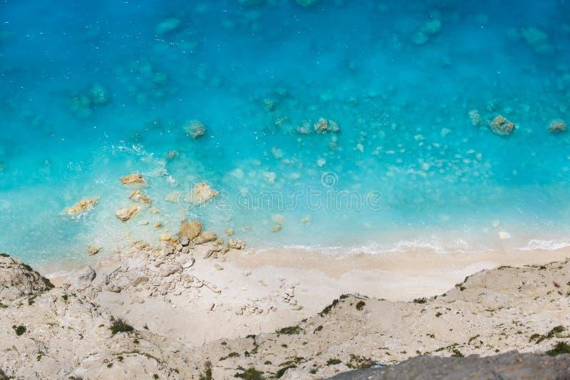 美丽的岩石狂放的海滩用清楚的水,鸟瞰图 图库摄影
