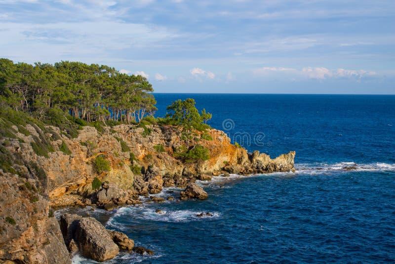 美丽的岩石陡峭的海岸和大波浪 免版税库存照片