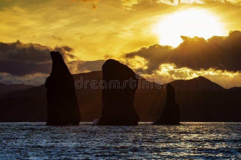美丽的岩质岛在日落的太平洋 免版税图库摄影