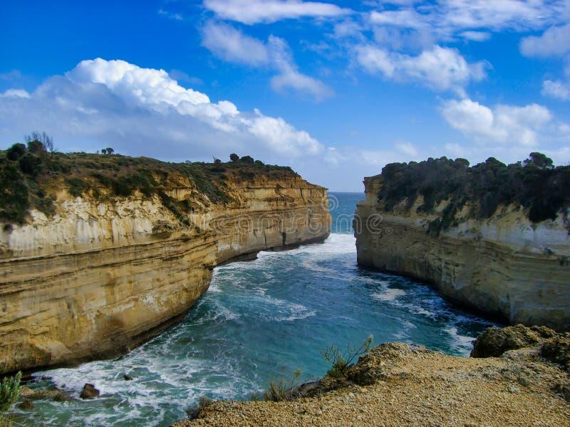 美丽的峭壁和狭窄的沿海入口 库存照片