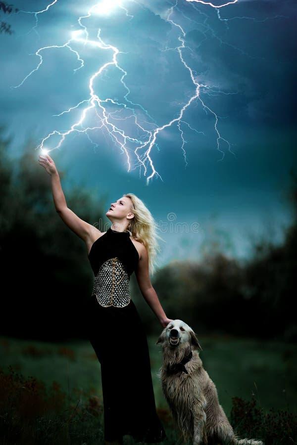美丽的巫婆女孩控制雷击 库存图片