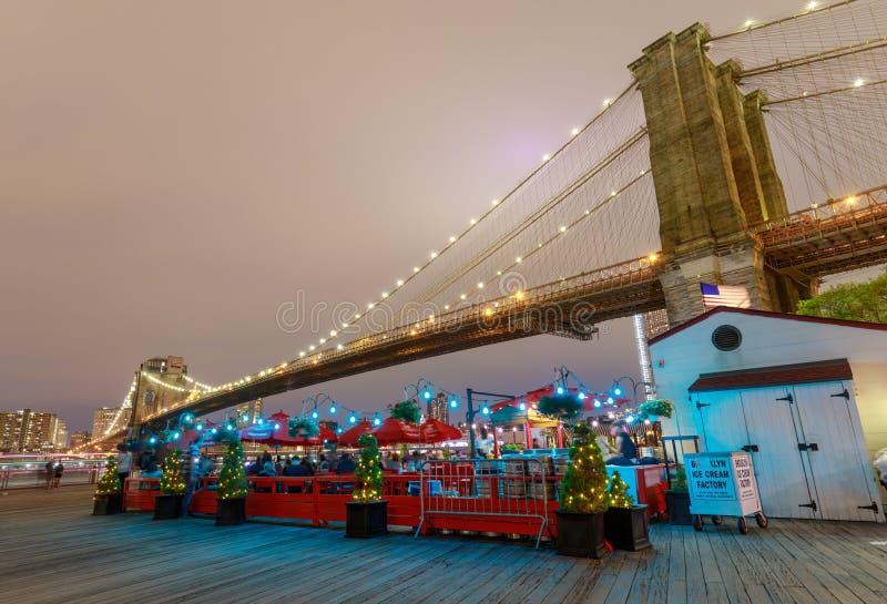 美丽的布鲁克林大桥在晚上 免版税库存照片