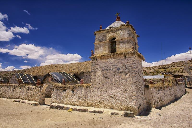 美丽的帕里纳科塔火山村庄教会的外部, Putre,智利 免版税库存照片