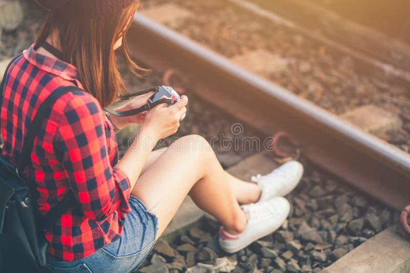美丽的年轻亚裔女孩旅行的单独射击照相机享用 免版税库存图片