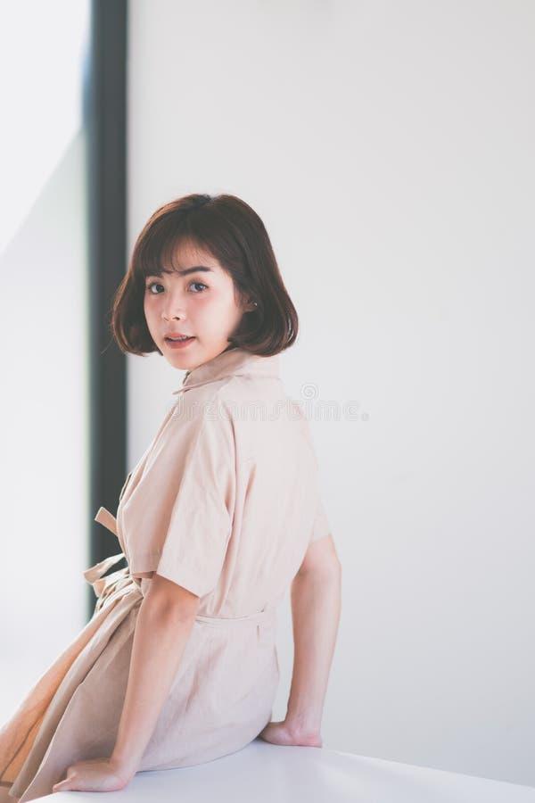 美丽的年轻亚裔女孩有单独愉快的时光 库存照片