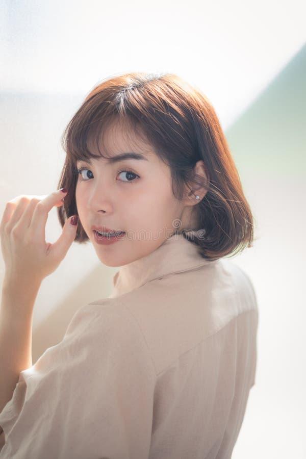 美丽的年轻亚裔女孩有单独愉快的时光 免版税图库摄影