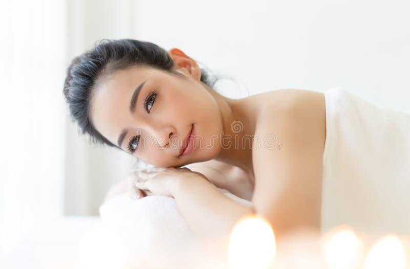 美丽的年轻亚裔妇女休息的放松与幸福面孔在温泉渡假胜地和看照相机画象  ???? 免版税库存图片