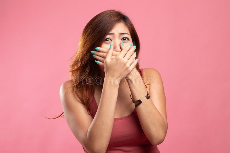 美丽的年轻亚裔妇女关闭她的嘴 免版税库存照片