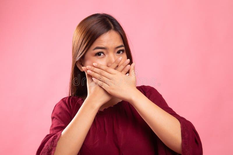 美丽的年轻亚裔妇女关闭她的嘴 库存图片
