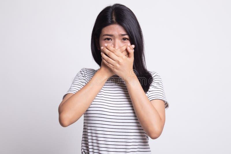 美丽的年轻亚裔妇女关闭她的嘴 免版税库存图片
