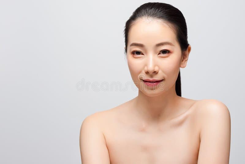 美丽的年轻亚裔妇女干净的新光秃的皮肤概念画象  亚洲女孩秀丽面孔skincare和健康健康, 免版税库存图片