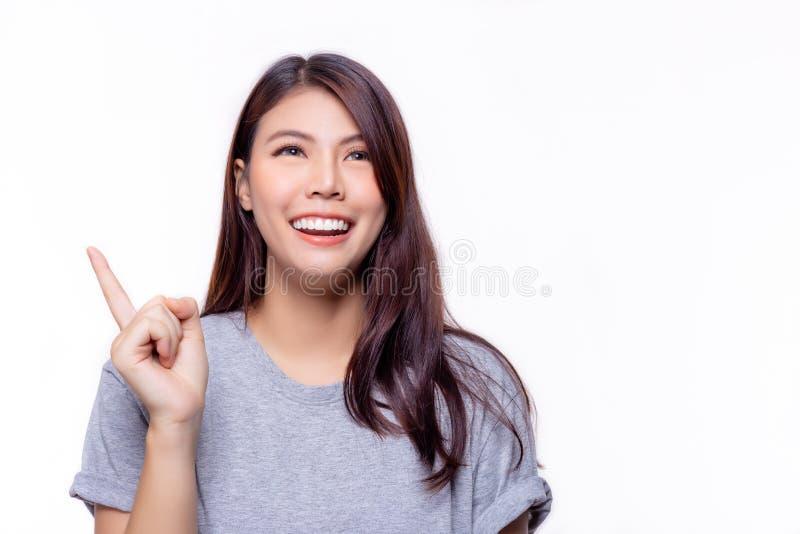美丽的年轻亚裔妇女有做生意或卖的产品,兴高采烈的面孔好想法 可爱的美丽的工作者女孩 免版税库存图片