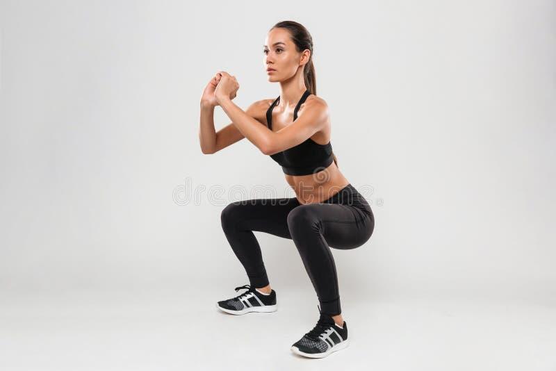 美丽的年轻人体育夫人做体育锻炼 免版税库存图片