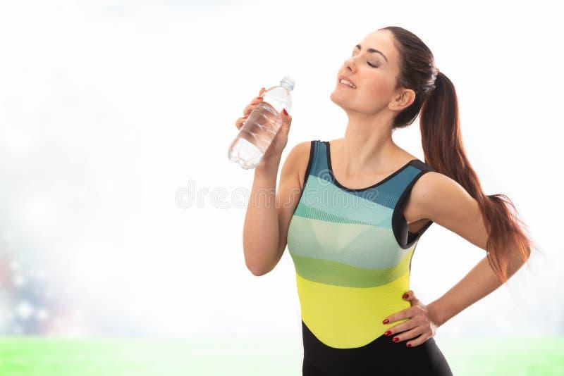 美丽的年轻体育夫人饮用水 免版税库存照片